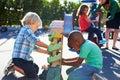 Två pojkar som spelar med toy in playground Arkivbild