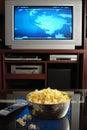 Televize a pražená kukuřice