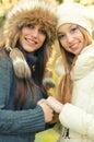 Twee mooie meisjes openlucht in de winter Royalty-vrije Stock Fotografie
