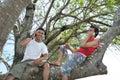 Tweepersoons hebbend pret op boom Stock Afbeeldingen