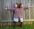 Dvojča dievčatá oblečený hore ako siamský jeho košele