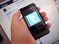 Twitter en un teléfono elegante con facebook en un ordenador Imágenes de archivo libres de regalías