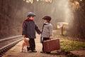 Dos chicos en espera tren