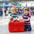 Dve brat chlapci bežný na prázdnin výlet na letisko