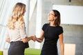 Dvě podnikatelek třesení ruky v kancelář