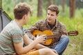 Due amico seduta giocare e cantare canzoni