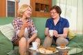 Dvě zralý ženy pití čaj
