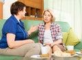 Dvě smutný zralý ženy mluvení na gauč