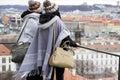 Dos joven mujeres ver en Praga ciudad