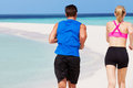 Tylni widok para bieg na pięknej plaży Obrazy Royalty Free