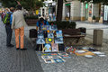 Uliczny artysta sprzedaje jego obrazy Zdjęcia Royalty Free