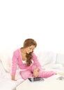 Uma mulher nova que relaxa na roupa desportiva cor-de-rosa Fotos de Stock Royalty Free