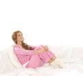 Uma mulher nova que relaxa na roupa desportiva cor-de-rosa Foto de Stock