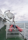 Un bote salvavidas y una balsa de goma Fotografía de archivo libre de regalías
