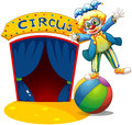 Un clown en haut de la boule près d une maison de cirque Images stock