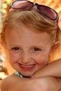 Un Cutie dans des lunettes de soleil Photographie stock