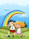Un garçon et une fille courant avec un arc en ciel dans le ciel Image libre de droits