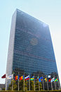 Un headquarters in new york flags front of united nations building city usa Stock Photos