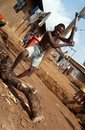 Un homme coupant le bois ouganda Photo stock
