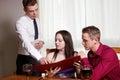 Un jeune couple dans un restaurant Photos libres de droits