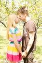 Un jeune couple romancing sur un pique nique date Photo libre de droits