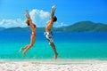 Un jeune couple sur une plage vacation sur le fond de l isla Photo libre de droits