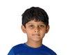 Un muchacho asiático indio de la edad años con una sonrisa hermosa en el fondo blanco imagen del aislante Imágenes de archivo libres de regalías