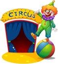 Un payaso en la cima de una bola que presenta la casa del circo Foto de archivo libre de regalías