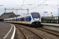 Un treno olandese prepara lasciare la stazione di Hoek van Holland Fotografie Stock Libere da Diritti