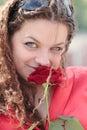Una muchacha con una sonrisa y una rosa Fotos de archivo libres de regalías