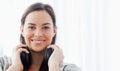 Une femme de sourire avec des écouteurs regarde dans l appareil photo Image stock