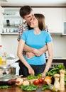 Unga älska par som tillsammans lagar mat Royaltyfri Foto