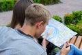 Unga par som planerar en resa Arkivfoto