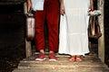 Ungt gift par med resväskor Arkivfoto