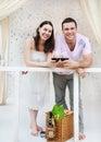 Ungt lyckligt kopplar ihop att tycka om exponeringsglas av rött vin på terrass Royaltyfri Bild