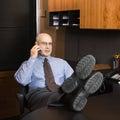 Uomo d'affari caucasico sul cellulare. Fotografia Stock Libera da Diritti