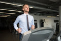 Uomo d affari running on treadmill Fotografia Stock Libera da Diritti