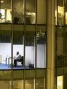 Uomo d affari working late night alla scrivania Fotografie Stock Libere da Diritti
