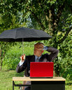 Uomo d affari working outdoors Fotografie Stock Libere da Diritti