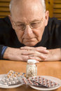 Uomo maggiore e le sue pillole Immagini Stock Libere da Diritti