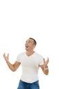 Uomo in maglietta e jeans che cerca nello spazio in bianco della copia con una s Immagine Stock Libera da Diritti