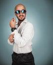 Uomo seducente in occhiali da sole e camicia bianca con la barba che guarda a Immagini Stock