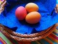 Uova di Pasqua Sul tovagliolo blu Immagine Stock