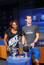 Us open campioni serena williams e andy murray con i trofei di us open alla cerimonia di tiraggio di us open Immagine Stock