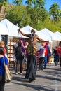 Usa az tempe festivalunderhållning stylta walker in bird costume Arkivfoto