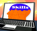 Vaardigheden op brain on laptop showing human capaciteiten Stock Foto's