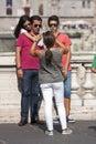 Vacances de famille à rome prendre une photo jeunes adultes Photos stock