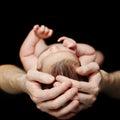Vader die zijn pasgeboren baby houdt