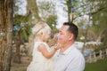 Vader holding baby girl die van bellen genieten buiten bij park Stock Fotografie