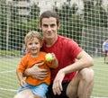 Vader met zijn zoon na een voetbalspel foto in motie Stock Fotografie
